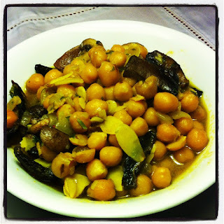 Sopa de garbanzos, champiñones y almendras al curry