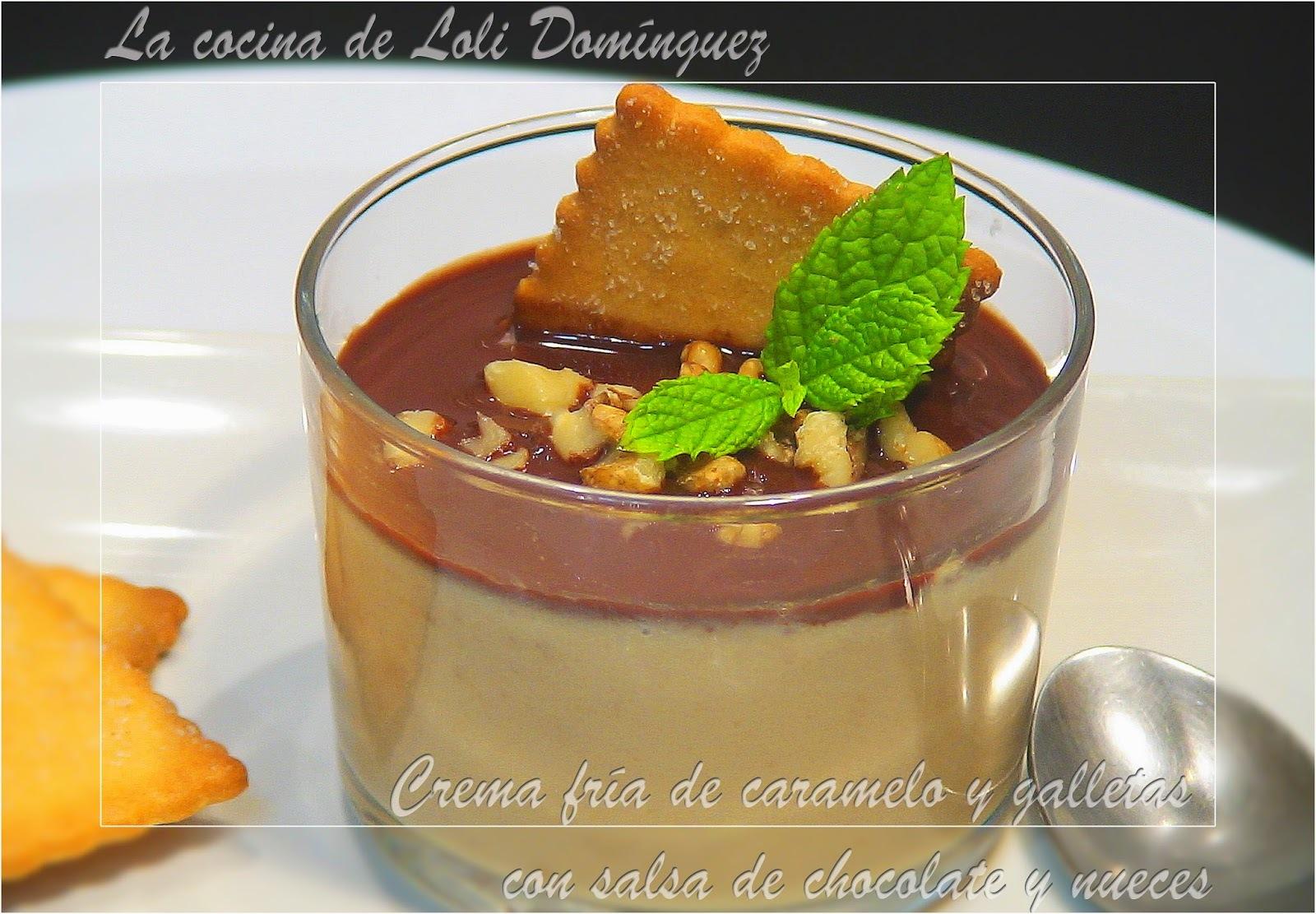 Crema fría de caramelo y galletas con salsa de chocolate y nueces