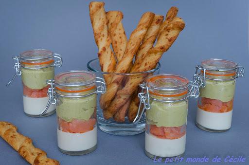 Verrines apéritives gelée de parmesan, crème de petits pois et saumon fumé
