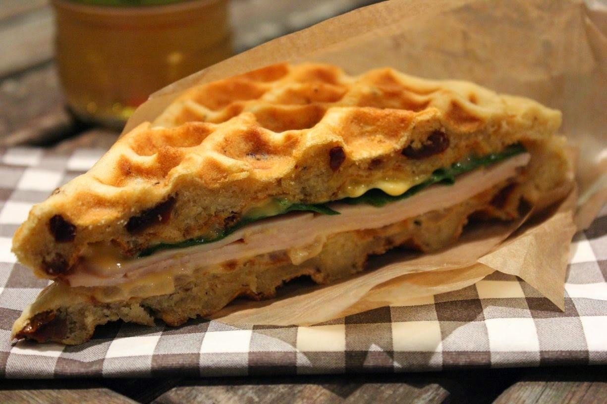Gaufre-sandwich à la dinde, oignons, cheddar et pousses d'épinards