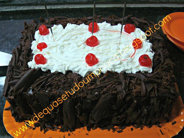 bolo pão de ló de chocolate para aniversario
