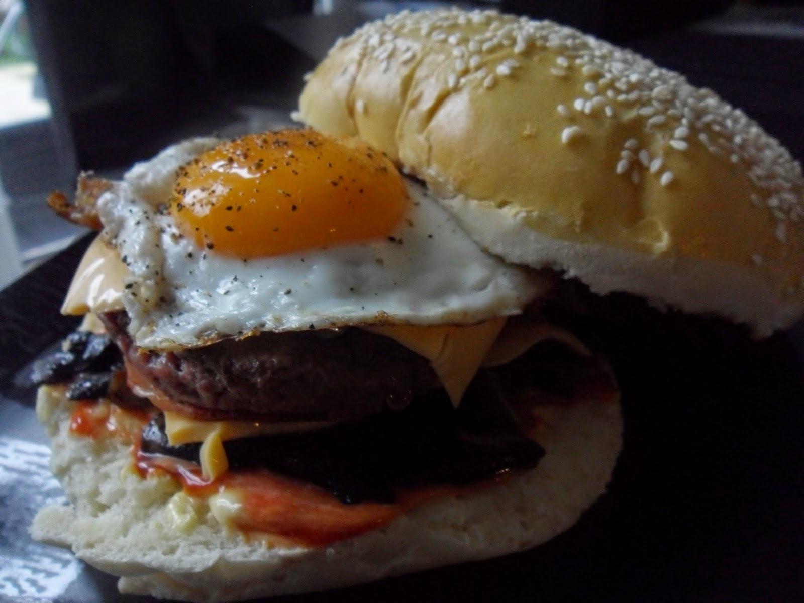 Hamburger maison au bœuf, bacon, champignons (2 gros hamburgers)