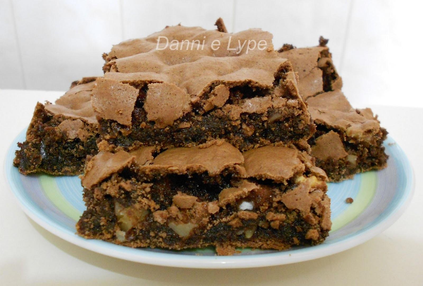 sobremesa de chocolate meio amargo com nozes e chocolate branco