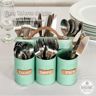 Porta-talheres com alça feito com latas, madeira e couro