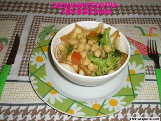 salada de panqueca com grão debico e brocolis