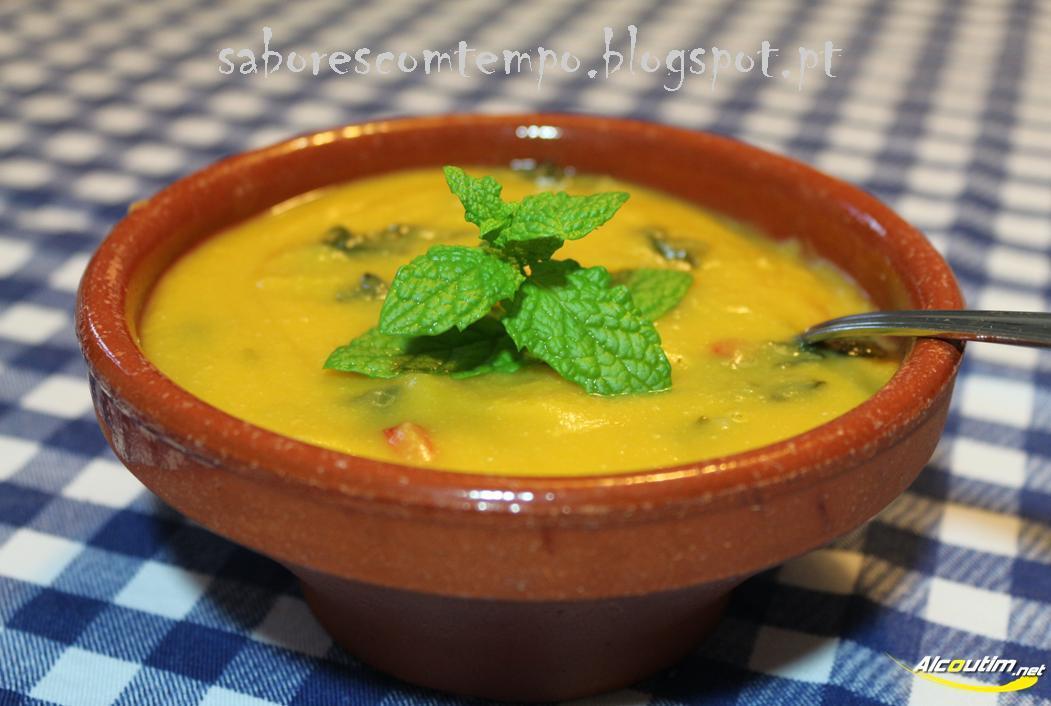 Sopa de grão com espinafres e pimento vermelho
