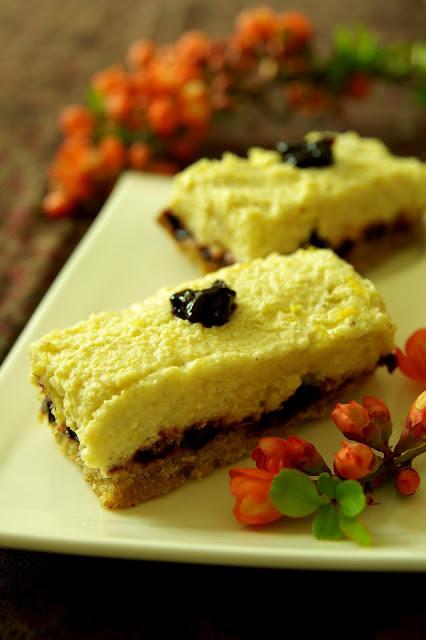 """Vegán """"túrós""""-feketeribizlis sütemény"""