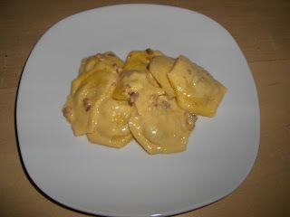 Mozzarellás, darált húsos ravioli carbonara szósszal