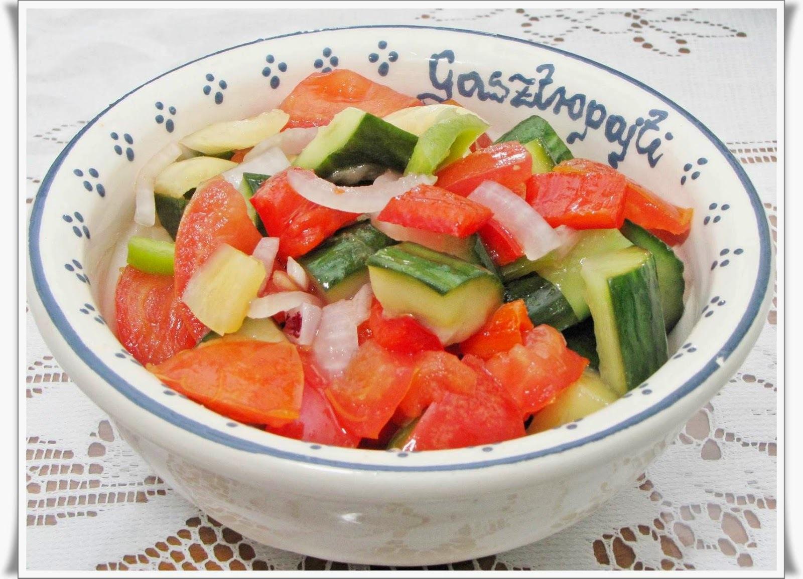 Vegyes saláta savanyúságlével.