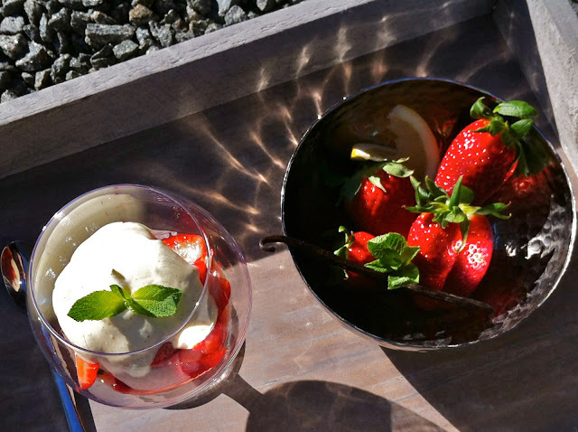 Hyldeblomstmarinerede jordbær m. råcreme