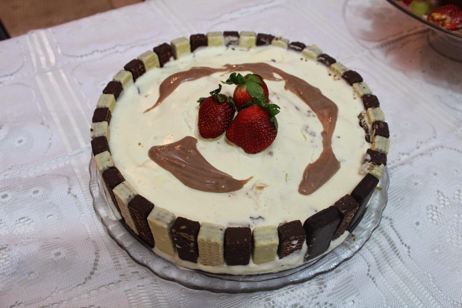 Torta de Bis com Sorvete e calda de brigadeiro