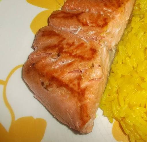 de salmão grelhado na frigideira