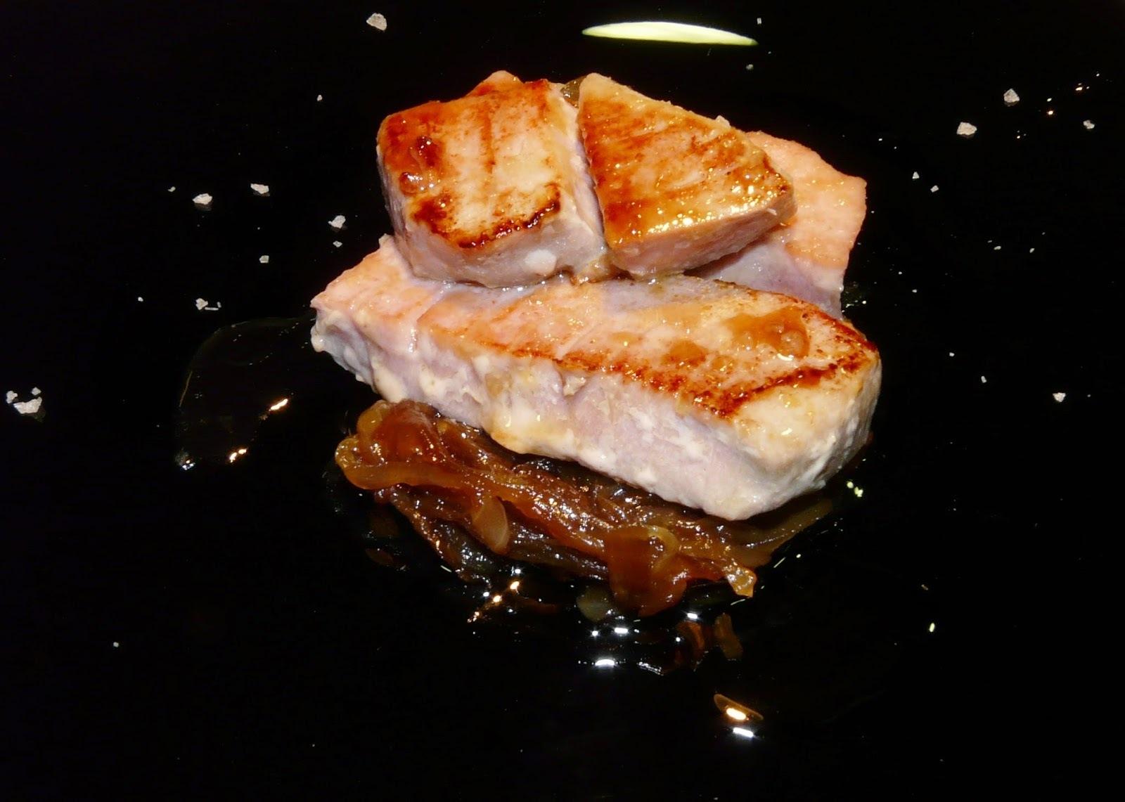Tonyina marinada amb mel i soja sobre llit de ceba caramel·litzada.