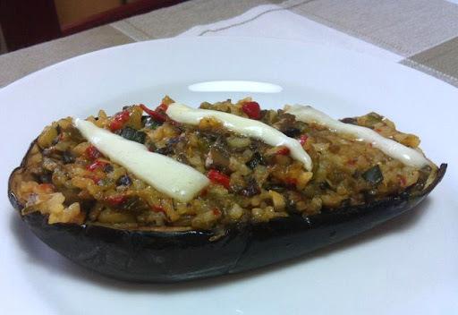 Berenjena rellena de vegetales y arroz