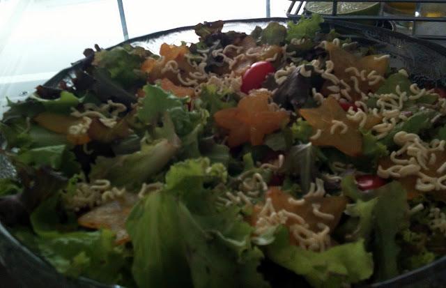 salada miojo cru alface