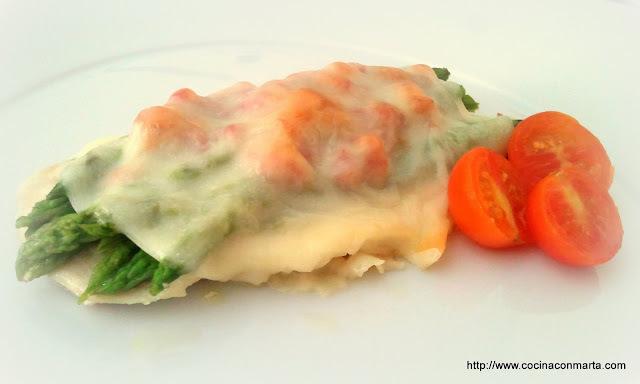 Filete de pollo gratinado con espárragos verdes