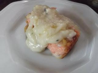 como preparar um salmão assado com molho de gorgonzola