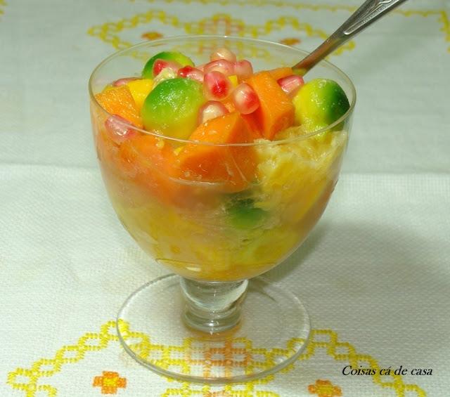Salada de frutas com calda de romã