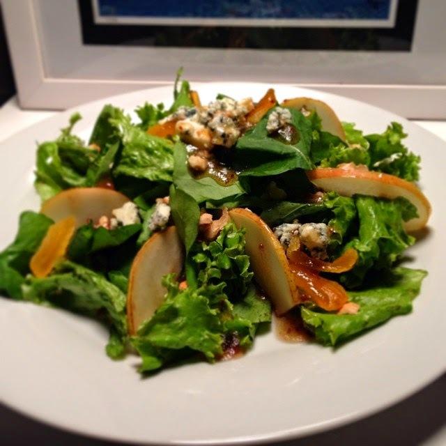 Salada de Rúcola, Alface, Peras e Vinagrete de Framboesa