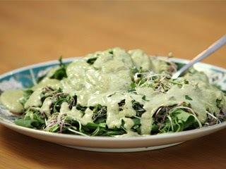 Ensalada verde con aderezo verde muy facil y sabrosa