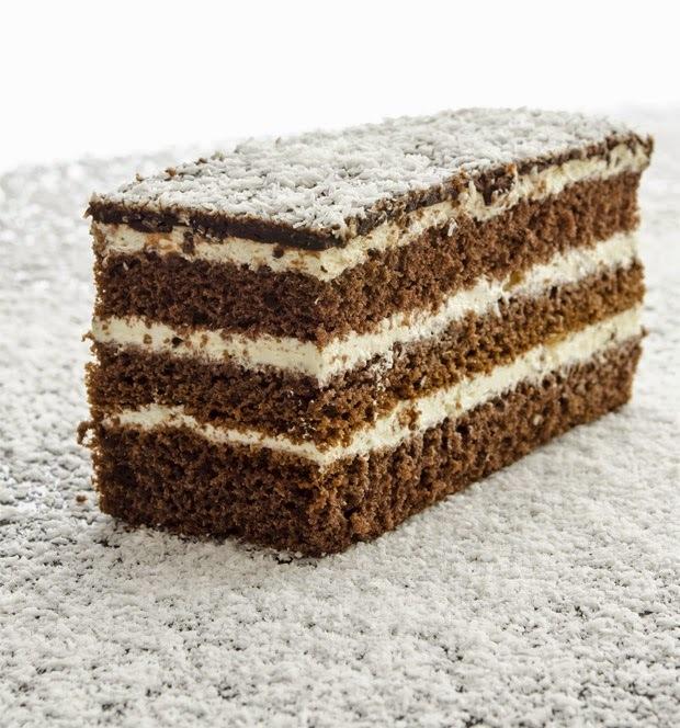 Bolo de Chocolate com Recheio e Cobertura de Côco