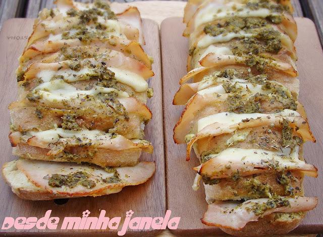 Pão aperitivo com peito de peru, queijo suiço e pasta de requeijão com pesto