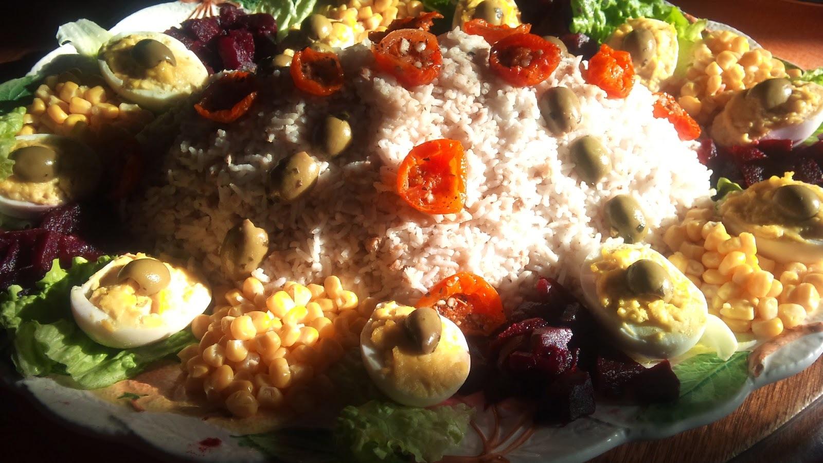 Recette de salade composée au riz, thon, oeufs mayonnaise, betteraves, tomates séchées...