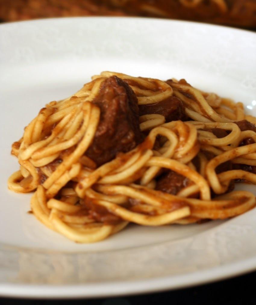 Espaguete ao molho de carne e berinjela