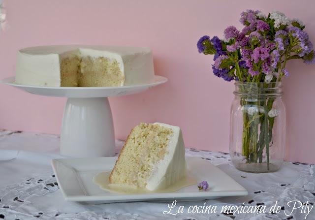 Pastel tres leches relleno de frosting de cajeta para el día de las Madres
