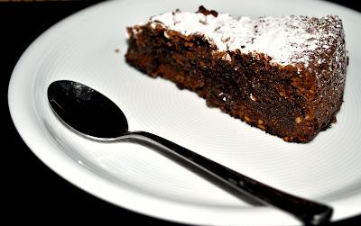 Pastel de chocolate amargo y almendras (30 minutos + 45 en el horno)