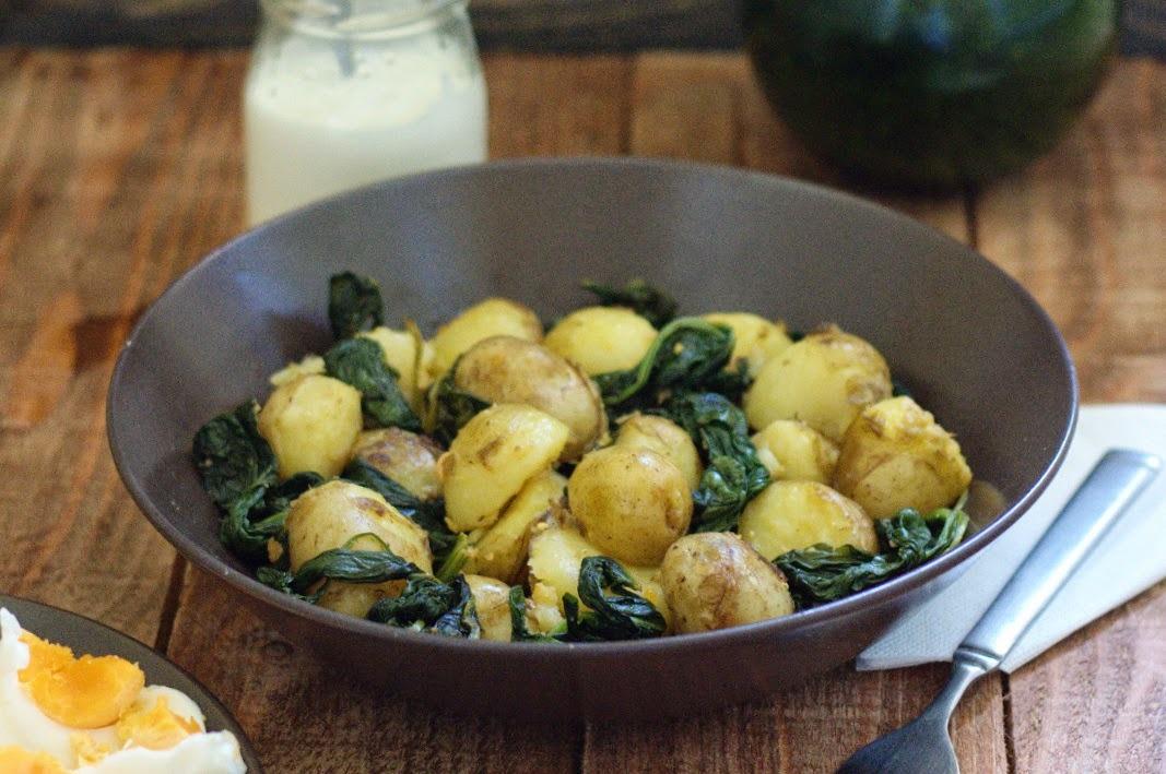 Ostrý špenát so zemiakmi a vareným vajíčkom