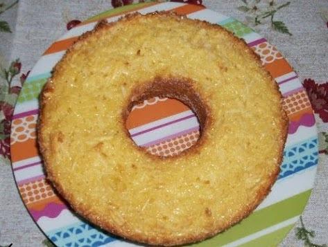 de bolo de mandioca ralada no ralo grosso