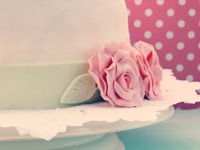 Torta forrada con rosas de pastillaje
