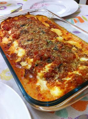 Canelone recheado de queijo e presunto com molho branco e de tomates