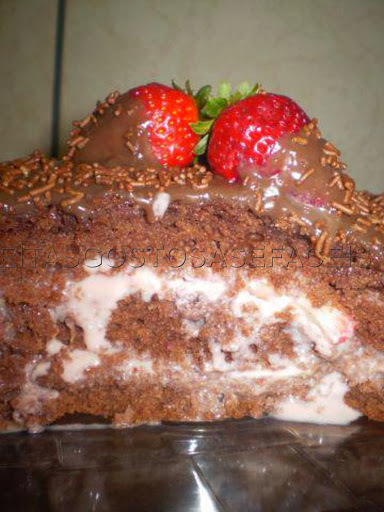 bolo de aniversario de chocolate com morango