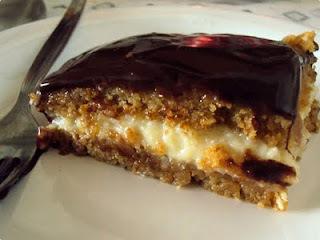 Bolo de Doce de Leite e Coco com Calda de Chocolate