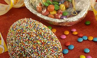 Ovo de Páscoa com granulado e confete
