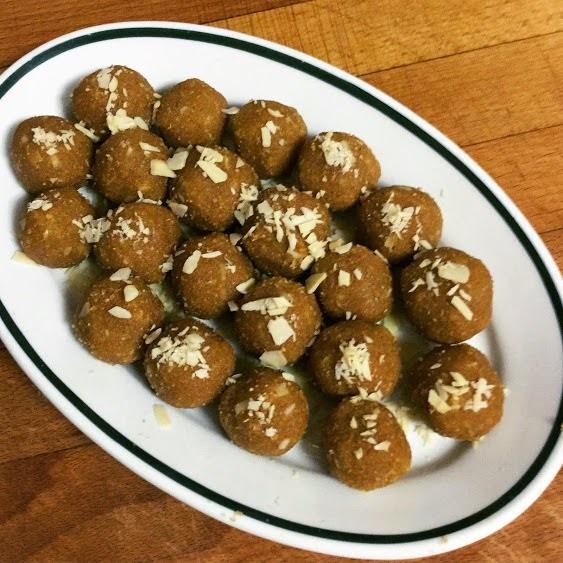 Besan ladoo (bolitas dulces de harina de garbanzos)