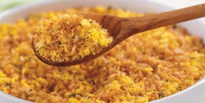 Farofa crocante de arroz frito e ervas