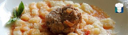 Nhoque de batata com molho de tomate e almôndegas caseira