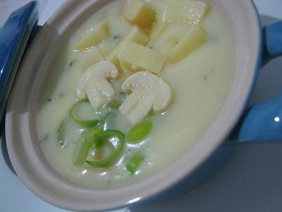 Creme de batata, provolone e champignon para acolher o frio...
