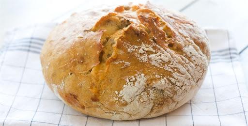 Pão recheado com mussarela e rúcula