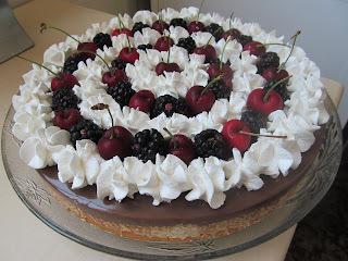 Torta de nozes e chocolate com frutas vermelhas