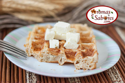 Waffle integral com queijo Minas e dicas para variar a massa de waffle