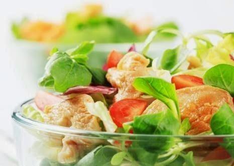 Σαλάτα με γαρίδες, σολομό, ντοματίνια και πολύσπορα κριτσίνια