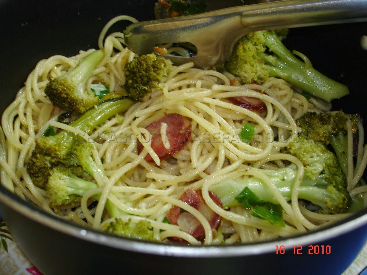 Macarrão Alho e óleo com Brócolis