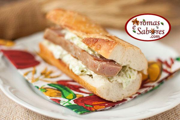 Sanduíche de linguiça com alho poró e cream cheese