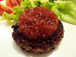 hambúrguer com chutney de tomate