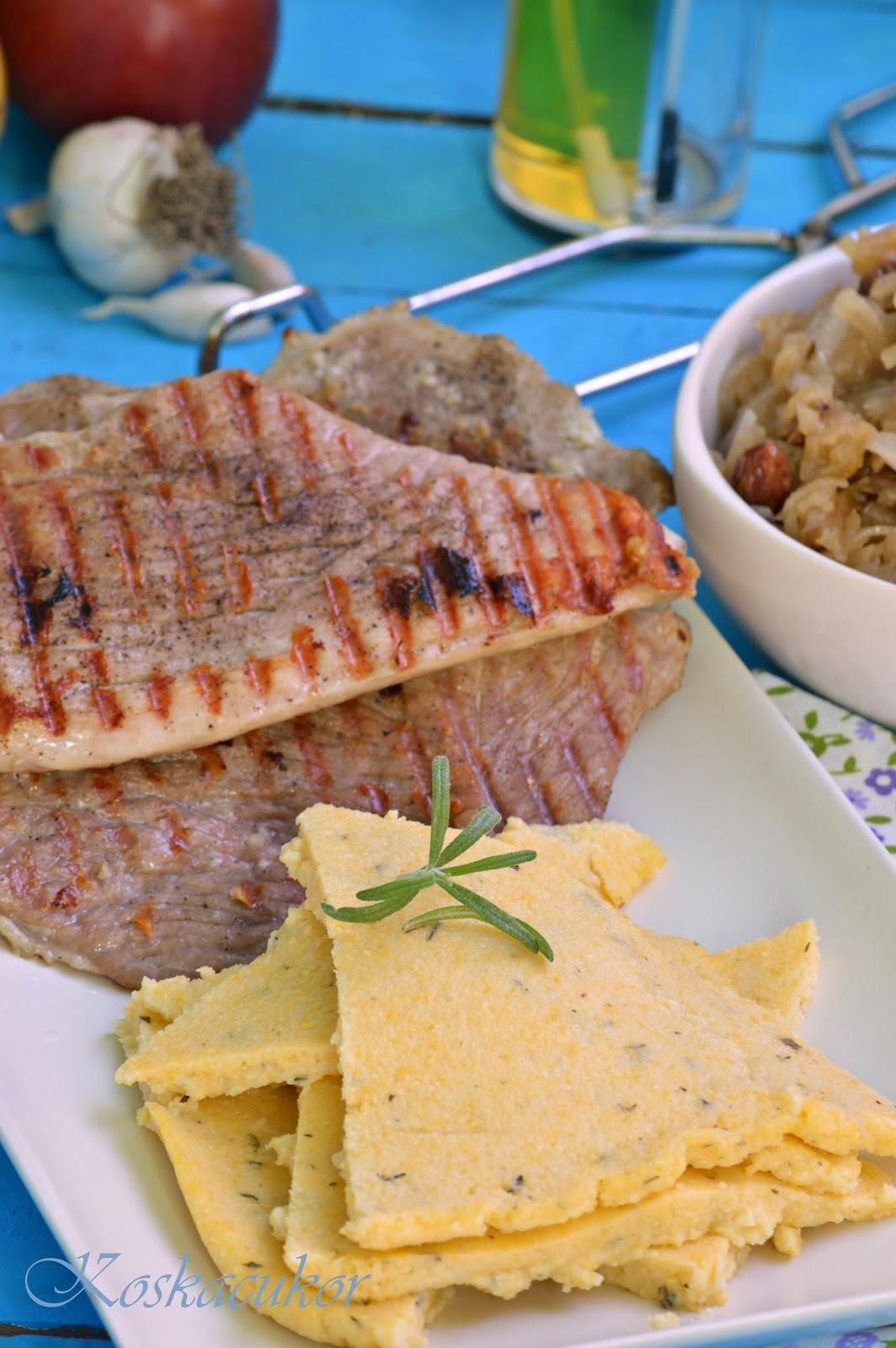 Fokhagymás szelet, kakukkfüves-tárkonyos polentával és alma chutneyval