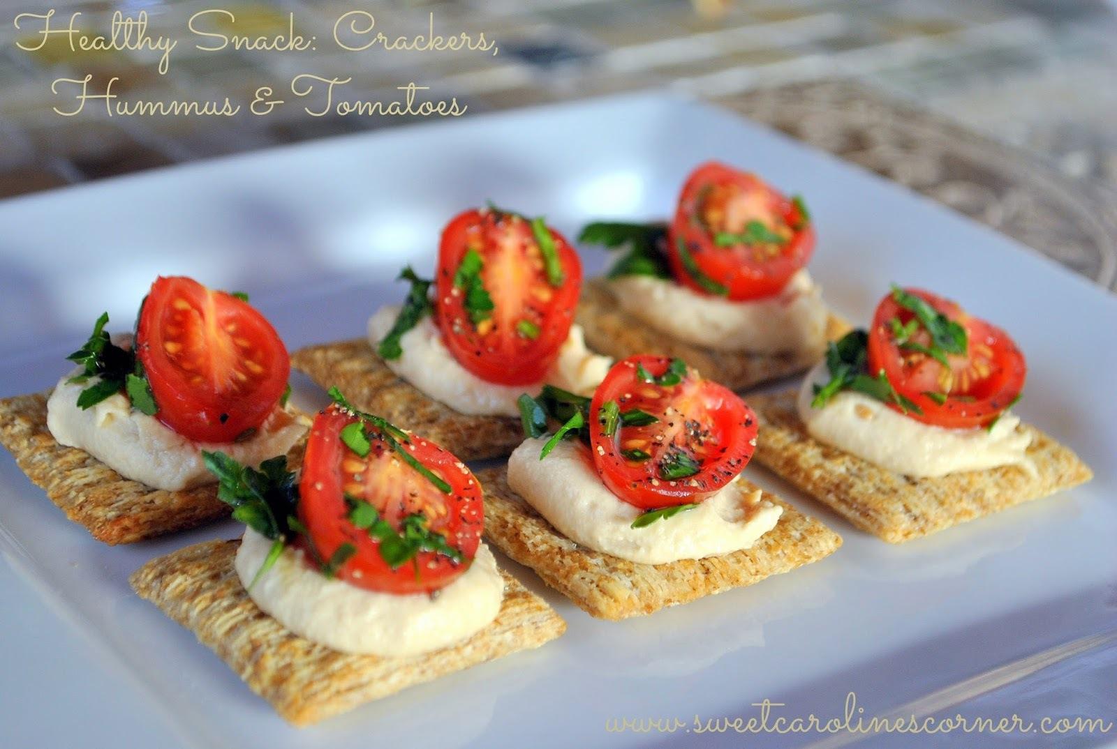 Healthy Snack: Crackers, Hummus & Tomatoes (Lanchinho Saudável: Bolacha Integral, Hummus & Tomates)
